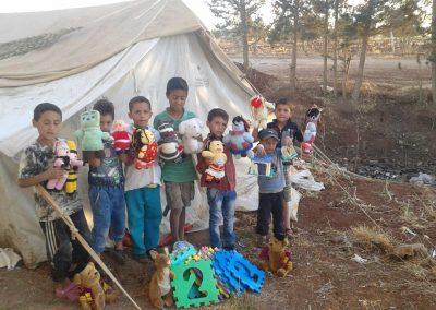 Distribution de peluches dans les camps de réfugiés