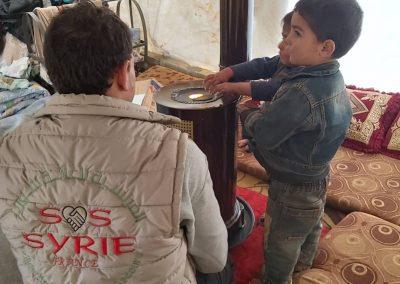 Distribution de poêle à bois et de bois de chauffage dans notre camp de réfugiés.