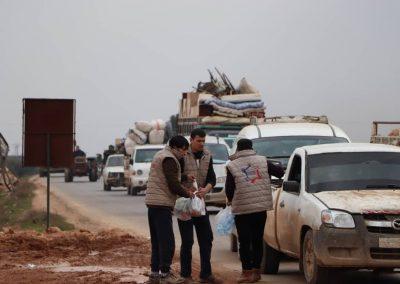 Distribution d'eau et de nourriture sur la route des réfugiés